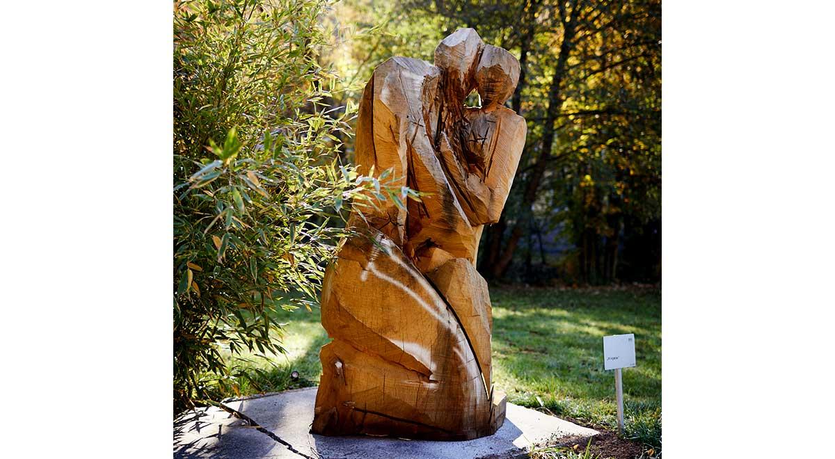 Hingabe – Skulptur aus Eiche